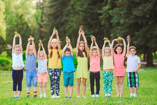 Niños con plantas en macetas