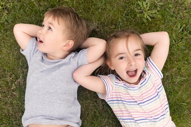 Los niños ponen sobre la hierba