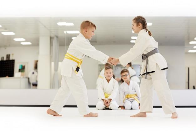 Niños practicando karate en el gimnasio
