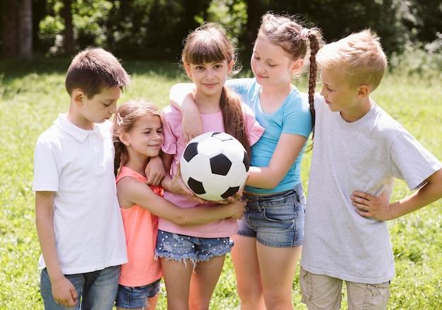 Niños preparándose para un partido de fútbol.