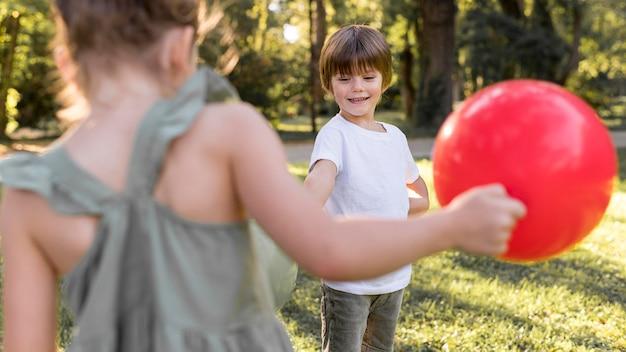 Niños de primer plano jugando con globos