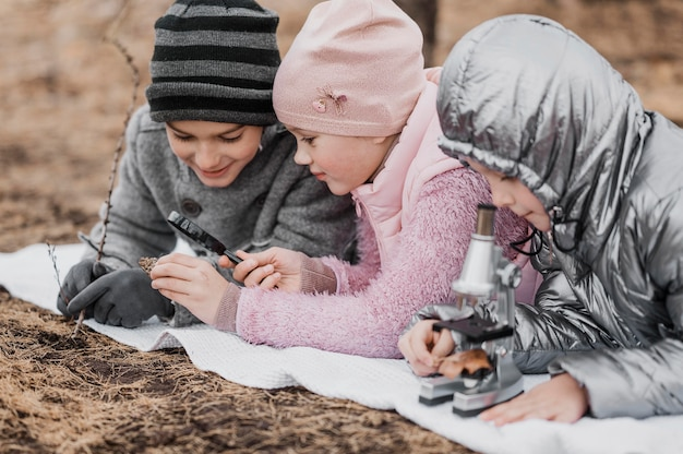Niños que buscan detalles en elementos de la naturaleza.