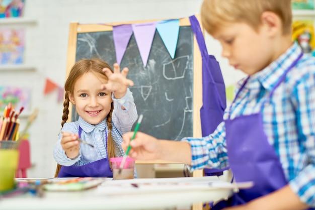 Niños que disfrutan de la clase de arte de la escuela de desarrollo