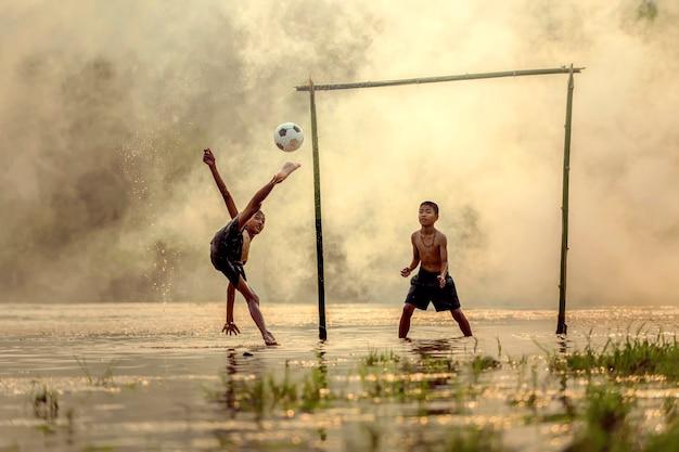 Niños que estaban en tailandia viviendo en el campo una práctica de fútbol