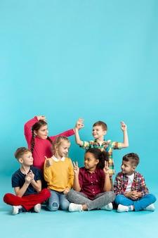 Niños que muestran diferentes signos