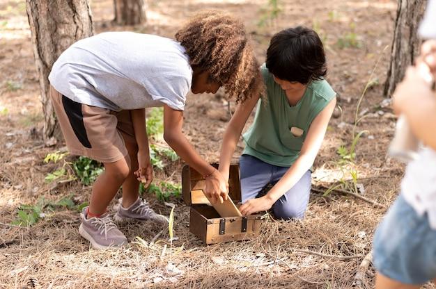 Niños que participan en una búsqueda del tesoro.
