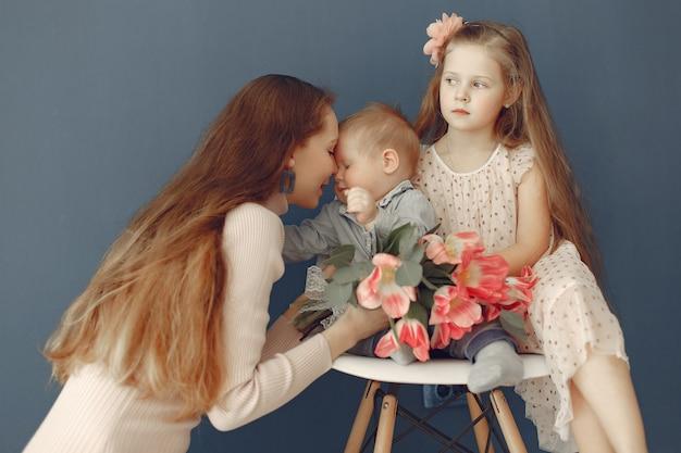 Los niños regalaron flores a mamá para el día de la madre