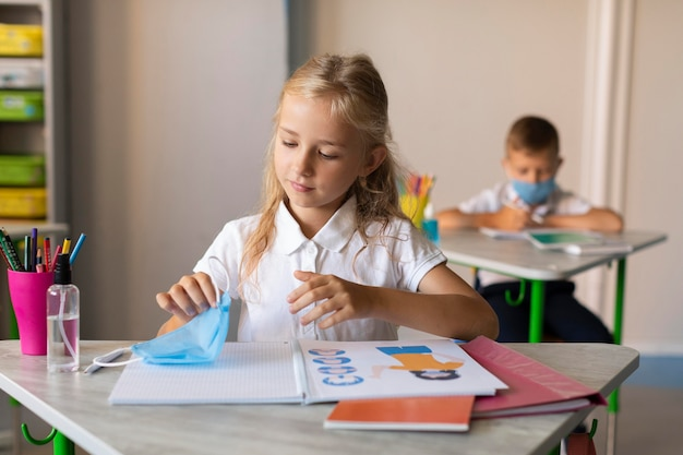 Los niños regresan a la escuela en tiempos de pandemia.