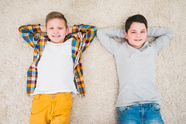 Niños relajando en el suelo