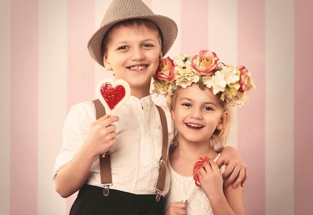 Niños retro felices en el día de san valentín