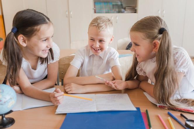 Niños riendo mientras estudian