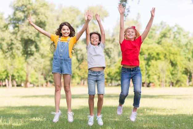 Niños saltando en el parque