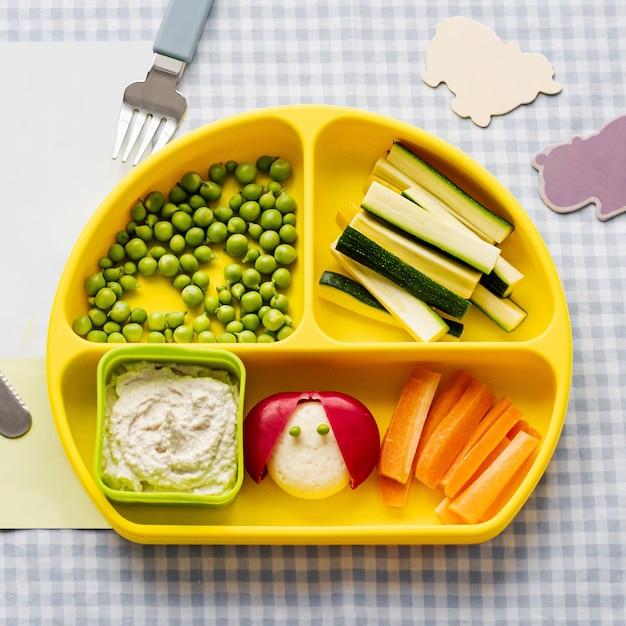 Niños saludables bocadillos en placa amarilla