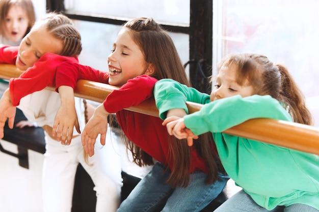 Los niños sentados en la escuela de baile. concepto de bailarines de ballet, hiphop, street, funky y moderno.