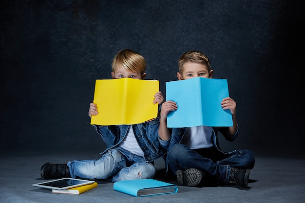 Niños sentados en el suelo con libros