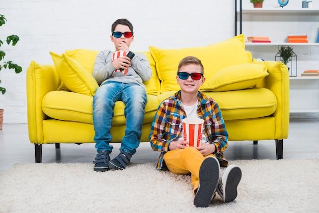 Niños en sofá con gafas 3d