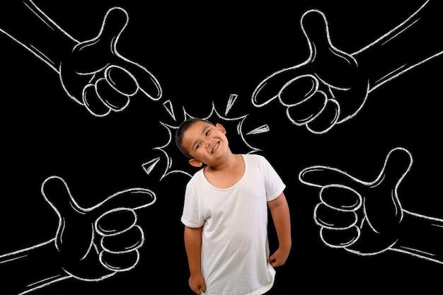 Los niños son las esperanzas de todos. dibujo de tiza apuntando al niño