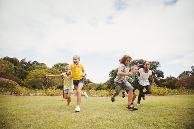 Niños sonrientes corriendo