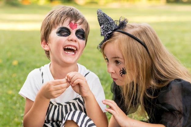 Niños sonrientes con disfraces