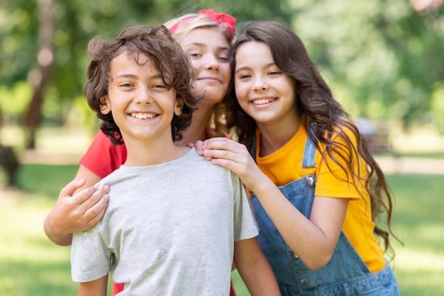 Niños sonrientes divirtiéndose juntos