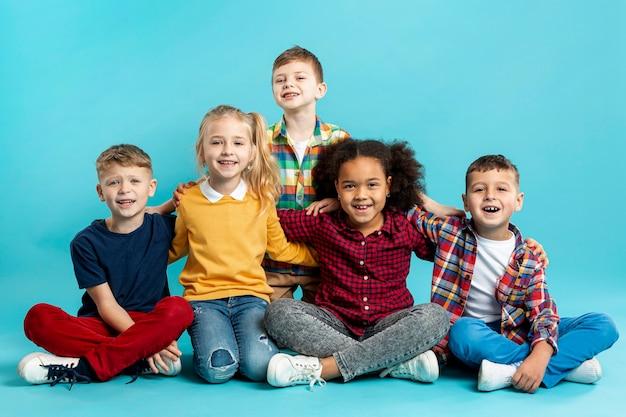 Niños sonrientes en el evento del día del libro