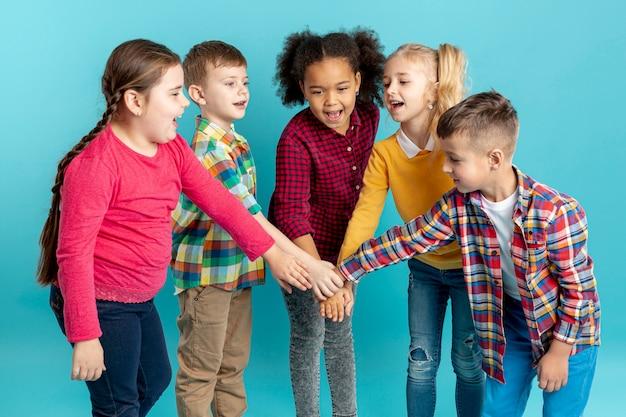 Niños sonrientes haciendo apretón de manos