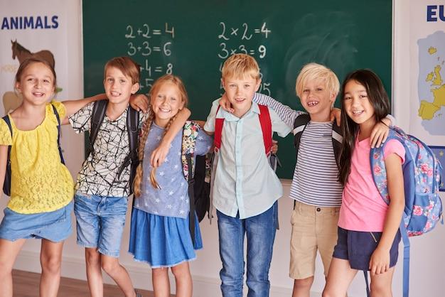 Niños sonrientes en el plan principal
