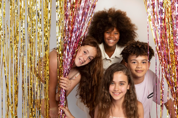 Niños sonrientes de tiro medio en la fiesta