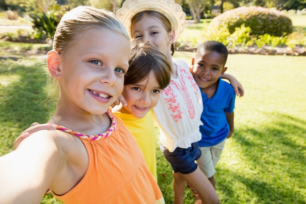 Niños sonrientes tomando selfie