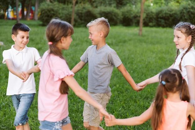 Niños sosteniendo sus manos juntas