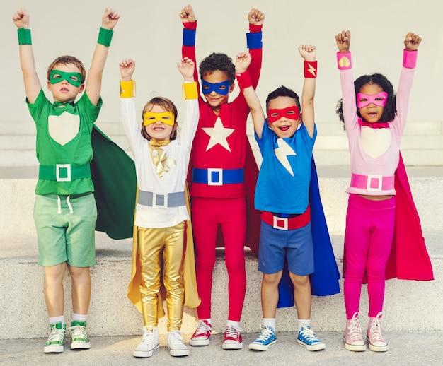 Niños superhéroes coloridos con superpoderes