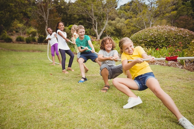 Niños tirando de una cuerda en tira y afloja
