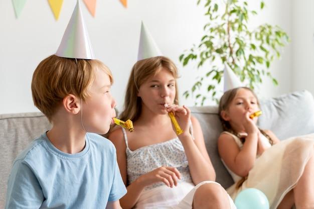 Niños de tiro medio en la fiesta de cumpleaños