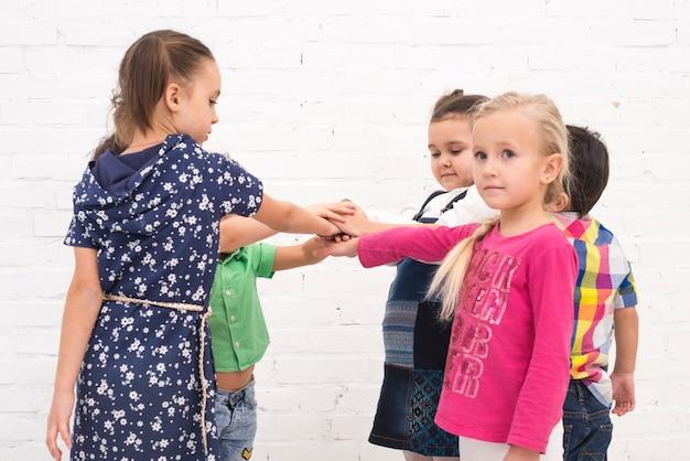 Niños tomados de la mano en grupo