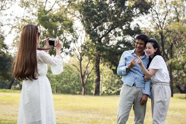 Los niños toman una foto para los padres.