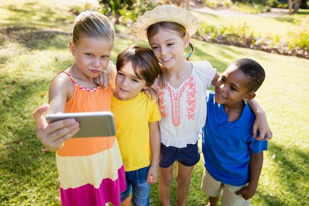 Niños tomando una selfie