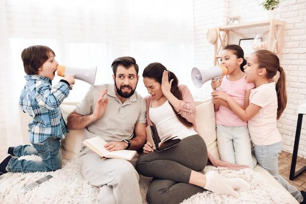 Niños traviesos padres molestos leyendo libros