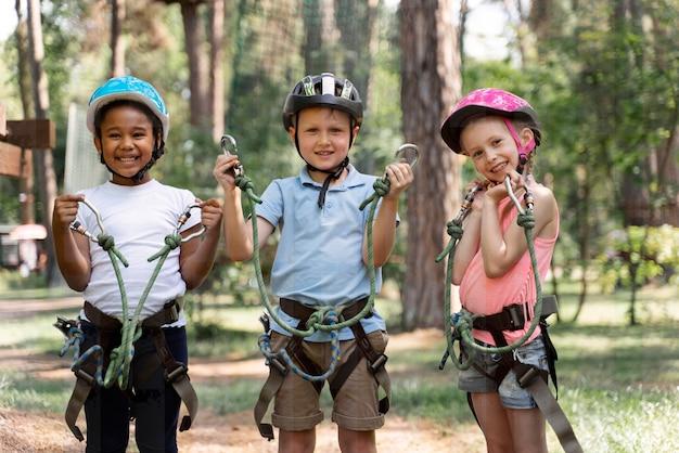 Niños valientes jugando en un parque de aventuras.