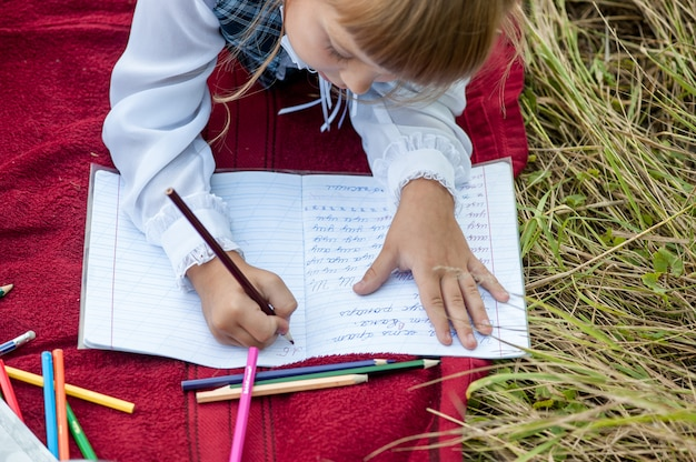 Los niños van a la primera clase. estudio con una letra en el libro. días de colegio
