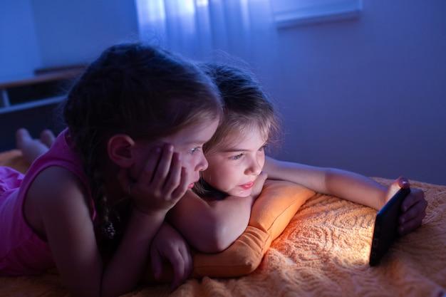 Los niños ven dibujos animados, juegan y charlan en internet por la noche