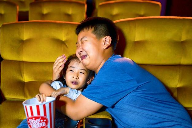 Niños viendo una película en el cine