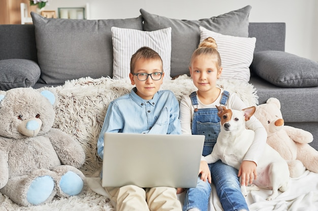 Niños viendo videos en la computadora portátil