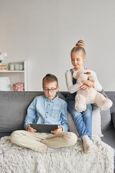 Niños viendo videos en tableta