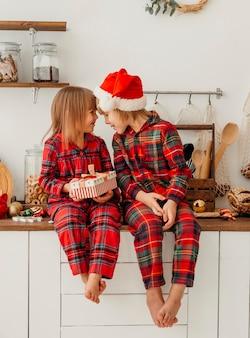 Niños de vista frontal celebrando la navidad juntos