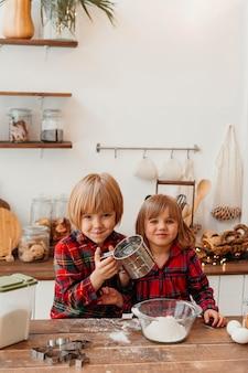 Niños de vista frontal haciendo galletas de navidad