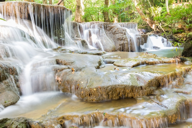 Nivel seis de la cascada huai mae kamin en kanchanaburi, tailandia