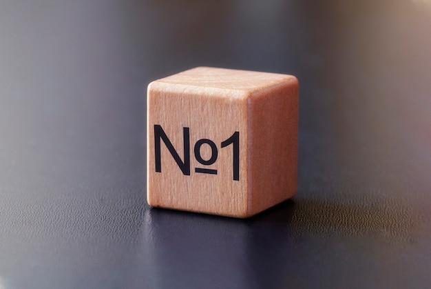 No 1 impreso en el costado de un bloque de juguete de madera