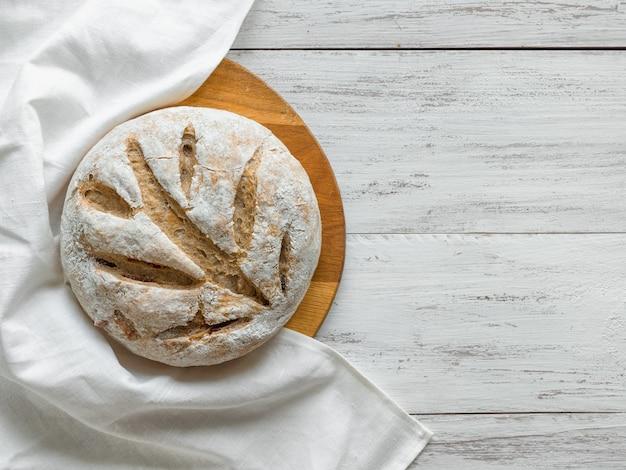 No amase el pan sobre una superficie de madera blanca
