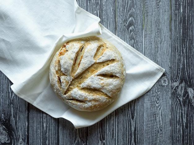 No amase el pan sobre una superficie de madera oscura.