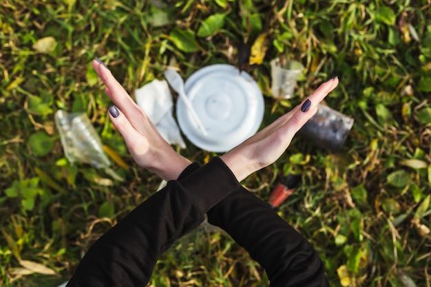 No hay basura recolección de basura y vida en la casa de campo. limpiar el planeta